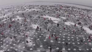 氷上の穴釣りを空撮