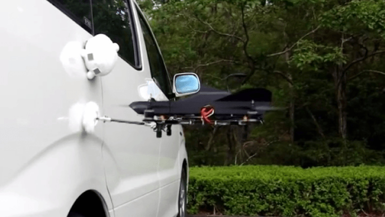 洗車をするマルチコプター
