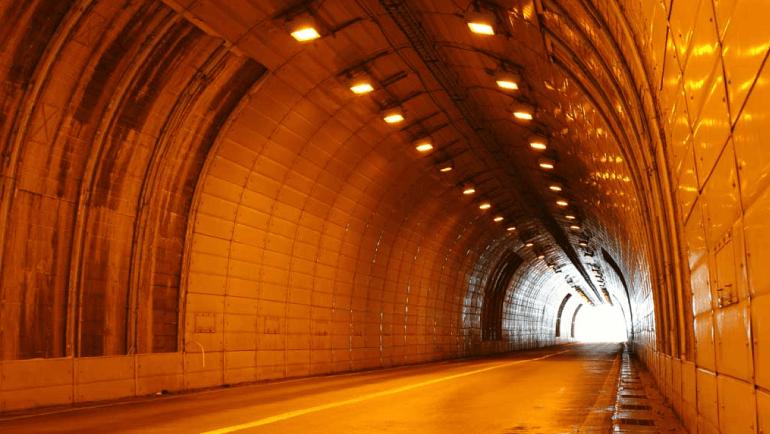 建設中のトンネルを空撮している様子