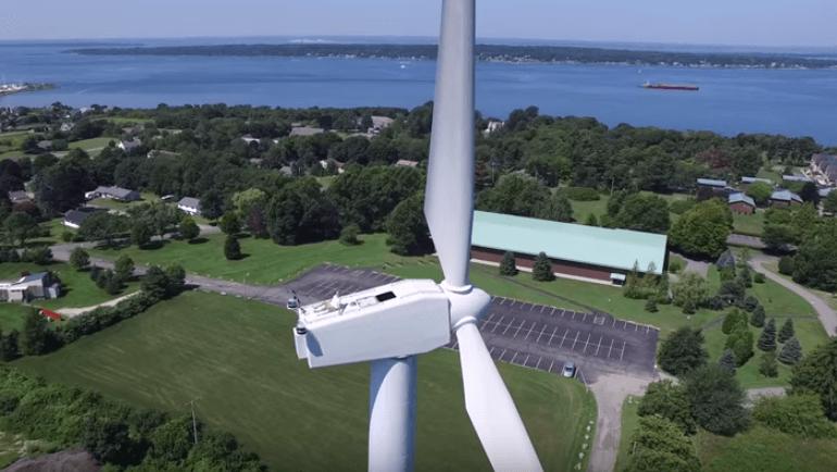 風力発電塔を空撮した映像
